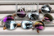 KE'E COLLECTION / Las gafas de sol Ke'e Silver están confeccionadas con montura transparente de policarbonato y patillas de bambú. Sofisticadas, atrevidas y con un toque especial que las hacen diferentes, así es la colección Ke'e. La mezcla de transparencia y el efecto espejo de los cristales dan ese toque retro chic que tanto nos gusta. Cristal de espejo en dos colores diferentes, plateado y purpura. #northolz #northolzpeople #sunglasses #wood #madera #barcelona