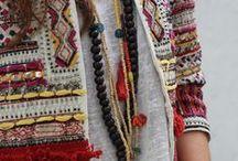 ETHNIC: TRENDS A/W 2014-15 / Una tendencia que nos remite a tribus lejanas; es un estilo folk con referentes tribales, que añaden un punto exótico a cualquier look, con bordados de diferente tonalidades, cenefas, espejitos y detalles llenos de color.    Pelas suas características, EHTNIC é uma tendência que nos remete a tribos exóticas; é um estilo folk com referências tribais, que acrescentam um ponto exótico a qualquer look, com bordados de diferentes tonalidades, pequenos espelhos e detalhes cheios de cor.