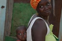 Gambia / Vakantieland Gambia, officieel de Republiek Gambia, is een land in Afrika omgeven door Senegal en de Atlantische Oceaan. Het land bestaat uit een tamelijk smalle strook langs de Gambia-rivier. Gambia is zo'n 250 kilometer lang en slechts enige tientallen kilometers breed. Gambia is een van de kleinste landen van Afrika en wordt door veel mensen ook wel het Tuinhekje naar Afrika genoemd. Gambia is iets groter dan Noord-Brabant en Gelderland samen en telt ongeveer 1,7 miljoen inwoners.