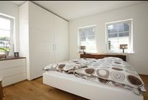 Schlafzimmereinrichtung / Entspannung und Schlafzimmer gehören zusammen. Mit den maßgefertigten Schlafzimmermöbeln der Tischlerei Formativ liegen Sie nicht nur bequem, sondern auch schön. Ob Bett, Nachttisch oder Kleiderschrank - wir fertigen Ihre Möbel ganz nach Ihren Wünschen.
