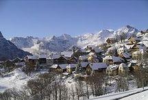 WINTER | LES GRANDES ROUSSES / Het skigebied Les Grandes Rousses biedt vele mogelijkheden met 236 km aan pistes. Uitermate geschikt voor het maken van mooie, lange tochten. Het gebied bestaat uit de dorpen Oz-en-Oisans, Vaujany en Alpe d'Huez. De off-piste mogelijkheden, met name vanaf de Pic Blanc, zijn geweldig! Er zijn ook veel brede en glooiende pistes die perfect zijn voor de minder ervaren skiërs en snowboarders. Het gebied beschikt over een snowpark en een speciaal langlaufcircuit.