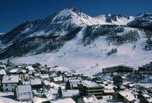 WINTER | MONTGENEVRE / Montgenèvre is een van de oudste Franse skiresorts (1907) en gelegen op een hoogte van 1860 meter grenzend aan Italië. Het is een traditioneel dorp in de Hautes-Alpes, die haar authenticiteit en status van een internationaal skigebied perfect combineert.