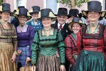 Central DE S: BY Chiemgau / Bij de 'Chiemgauer Tracht' is het lijfje altijd zwart. De dracht voor de mannen bestaat uit een linnen overhemd, een korte lederhose, lage bergschoenen en een hoed met daarop een kwast van gemshaar.
