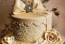 Anniversary Cake Ideas / Celebrating a wedding anniversary is truly a special occasion, and cutting an anniversary cake will bring back wonderful memories for both the bride and groom.  These are some of our favorite wedding anniversary cake ideas to honor the couple on their joyous day.