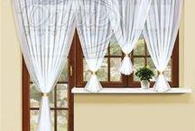 Voálové sestavy / Představujeme vám stylové a přitom levné voály, které můžete použít jako záclony nebo v kombinaci s nimi. Voály jsou řešeny z jemných lehkých materiálů, jsou často opatřeny výšivkou nebo jsou z barevných materiálů. Luxusní voály se hodí místo záclony do ložnice, obývacího pokoje nebo i kuchyně.