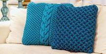 Almofada em Tricô / As almofadas em tricô dão um toque especial de forma, textura e cor para o ambiente, trazendo a lembrança do aconchego da casa dos avós. Feitas de forma artesanal proporcionando conforto e bem estar.