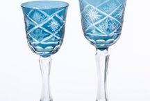 Copos e Taças / Em ocasiões especiais para brindar com elegância ou na praticidade do dia a dia, uma bela taça e copo deixam a bebida com um sabor único. Misture várias cores, tamanhos e formatos para compor bar, dentro de bandejas junto às garrafas.