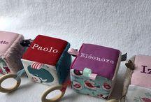 Cube d'éveil avec anneau de dentition, Inspiration Montessori / Accessoires bébés et enfants. Qualité et originalité au service des plus petits !  Https://www.petitmerlin.com La page Facebook : http://www.facebook.com/Boutique.petitmerlin