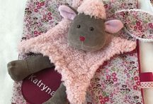 """Collection """"Doux Moutons"""". Petit Merlin. Https://www.petitmerlin.com / Accessoires bébés et enfants. Qualité et originalité au service des plus petits !  Https://www.petitmerlin.com La page Facebook : http://www.facebook.com/Boutique.petitmerlin"""