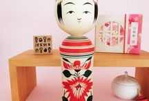 kokeshi - naruko / Naruko is one of the most famous style of traditional kokeshi dolls. Naruko kokeshi features a very balanced shape, with tapered shoulders, and a quiet face. Body patterns include maple leaf, chrysanthemums declinations, and simplified peonies.