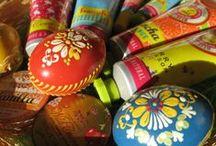 Veľkonočná foto súťaž 2014 / Odfoťte si výrobok z BIOnatural.sk spolu s veľkonočnou tématikou (vajíčka, zajačiky atď.). Fotku zdieľajte na Facebooku alebo Pintereste s hashtagom #velkanocsbionatural alebo ju pošlite na náš email marketing@bionatural.sk. Fotky posielajte do 27. 4. 2014, následne budeme hlasovať o najkrajšiu fotku. Víťazná fotka získa zľavový kupón v hodnote 20€.