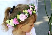 Dekoracje Komunijne / Pierwsza Komunia nie moze obejść się bez efektownych kwiatów. Dziewczynki w dniu Pierwszej Komunii Świętej często trzymają w rękach bukiecik kwiatów a na glowach maja delikatne wianki. Także Kościół jest odświętnie udekorowany kwiatami. Jakie kwiaty polecane są na Komunię?