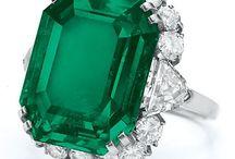 Smeraldo di giorno, Rubino di sera, Diamante la notte / L' Alessandrite viene chiamata smeraldo di giorno e rubino di sera . Ma la profondità del colore e la saturazione dei due corindoni non sono facili da eguagliare .