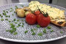 """Un mic dejun delicios!!! / IChefs va provoaca in acest week-end sa pregatiti un mic dejun perfect: """"Scrambled eggs"""" cu mustar Dijon, ceapa verde, ciuperci marinate si rosii caramelizate! (Victor)"""