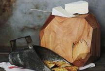 Tableware. // Köket. / Glas, uten tekstur og egenfarge, like tynn gjennom heile materialet.  Brunt glas. Provence-stil, lave koppa med tilhørende fat. Blå. Leire, handlaga, levande, ruglete. Fargar. Tre. Blikk. Semi-transparent (bordflate). Kalken-glas i gammalengelsk stil, leskende. Sølv - gammalt og full av historie. Detaljert og glorete.