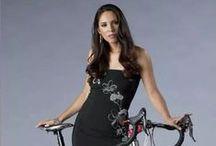 Damas con estilo en bicicleta / Este tablero es de chicas que visten de un estilo formal y que usan la bicicleta