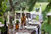 Tafel dekken inspiratie / Sfeervol tafel dekken met mooie serviezen, prachtig bestek en bloemen. Voor meer geluk aan tafel!