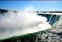 Les Globe-trotters aux Chutes du Niagara / Les Chutes du Niagara, sans doute l'une des plus connues au monde. Elles forment un ensemble de 3 chutes d'eau situées sur la rivière Niagara. Malgré l'exploitation commerciale, elles restent grandioses et se visitent des deux côtés : canadien et américain.
