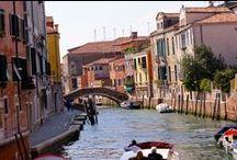 Les Globe-trotters à Venise / Les palais, les rues étroites et tortueuses, les vieilles demeures entourées d'eau, voilà ce qui caractérise «la sérénissime». S'y perdre à pied le temps d'un week end est le meilleur moyen de découvrir cette ville légendaire pleine de mystères.