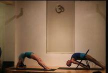 Hatha Yoga (Iyengar tradition) / La característica esencial del Yoga Iyengar es la intensidad con la que la atención ha de mantenerse presente al abordar la práctica de asana, pranayama y pratyahara, los cuales, junto con la observación de yama y niyama conducen al practicante a dharana (concentración), dhyana (meditación) y samadhi (estado superior de consciencia), los tres últimos estadios descritos por Patañjali, que suponen el resultado de la práctica de los cinco primeros.
