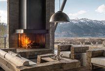 // AU COIN DU FEU // / Une cheminée a un pouvoir incroyable d'attraction et d'apaisement. En hiver encore plus qu'en été, on aime s'y retrouver et profiter du confort apporté par une couverture, un plaid, bien installé sur le canapé.