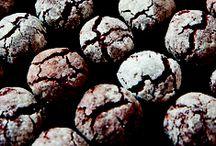 Kager uden mel / »Kager uden mel« introducerer et gammelkendt fænomen; at bage kager uden hvedemel. Hæftet er en blanding af opskrifter, fakta og historiske anekdoter. »Kager uden mel« illustrerer, hvordan bagning uden hvedemel er en lang række tilvalg af nye og anderledes ingredienser fx tahin, boghvede, dadler, kikærter, quinoa, rødbeder, kartofler og bønner. Hæftets mange kager indeholder også de klassiske ingredienser som chokolade, mandler og nødder.
