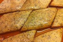 Honningkager / »Honningkager« er smag, kultur og traditioner på tværs af landegrænser og årtusinder – akkurat som hæftets mange opskrifter. Her er de velkendte, de overraskende og de nye; bl.a. pain d'epices, honninglagkage, honningkonfekt, honninghjerter, pirishkes, leckerli, honey pie og honningkagehus. Hæftet er en blanding af opskrifter, fakta og historiske anekdoter. »Honningkager« er kager til enhver lejlighed – ikke kun til jul.