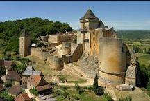 Château de Castelnaud / Au cœur du Périgord Noir, le château de Castelnaud, bâti sur un éperon rocheux, offre un magnifique panorama sur la vallée de la Dordogne. Fondé au XIIe siècle, c'est un parfait exemple de fortification médiévale. Il abrite aujourd'hui une importante collection d'armes et d'armures. Sur le bastion, les plus puissantes machines de siège du Moyen Âge sont reconstituées en position d'attaque.