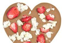 """Choc&Play / Witaj w Choc&Play, wyjątkowym miejscu, gdzie nazwa """"tabliczka czekolady"""" nabiera jeszcze pyszniejszego znaczenia i staje się niezwykłą słodką chwilą przyjemności dla Ciebie lub wyjątkowym upominkiem dla bliskiej osoby. Odkryj niezapomniany smak tradycyjnej belgijskiej czekolady w połączeniu z niespotykanymi owocami, chrupiącymi orzechami czy aromatycznymi przyprawami."""