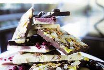 Czekoladowe Tafle Extreme  / Słodkie chwile przyjemności zamknięte w przepysznych, ręcznie robionych taflach czekolady. Odkryj niezapomniane wrażenia jakie dostarczą Ci niezwykłe słodkości wykonane z kakao pochodzącego z Dominikany, Ekwadoru i Madagaskaru.