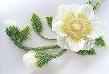 1/Ékszerek: térbeli gyöngyvirágokból,levelekből,stb. / Olyan nyakláncok,karkötők,kitűzők, gyűrűk, melyeket apró gyöngyökből fűzött virágok,levelek,stb.diszítenek.