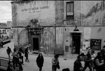 Scanno / Scanno è un borgo abruzzese, in provincia dell'Aquila. Il suo fascino e la fotografia del 900 si intrecciano da un secolo. Da Cartier-Bresson a Giacomelli, da Scianna a Berengo-Gardin, sono tanti gli artisti che hanno immortalato lo spirito unico di questo territorio. Un interesse destato dalle atmosfere surreali del borgo e dalle sue tradizioni antiche ancora vive.