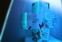 3D maché / Eenvoudige objecten gemaakt van papier maché. Alfanumerieke vormen & figuren, bekleed met kranten, tijdschriften afhankelijk van het onderwerp. Leuk voor in kinderkamers, kantoorruimten, in de keuken, enzovoort. (Iets) meer informatie op www.belok.nl