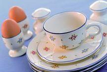 Petite Rose - Zeller Keramik / Petite Rose z Zeller Keramik to kwiaty na Twoim stole każdego dnia. Eleganckiej kuchni dodadzą romantyzmu a w wiejskiej jadalni nawiążą do staropolskich wzorów i tradycji. Symbolem serii są drobne, kolorowe różyczki.