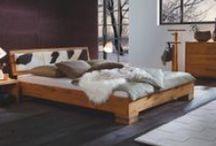 Bettmodelle mit Holz / Holz ist heimelig, hat eine angenehme Haptik und vermittelt Natur-Pur. Holz kann aber auch höchst modern wirken und ist in Kombination mit anderen Materialien äußerst wandelbar.