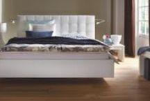 Leder und Polsterbetten / Die Betten mit Leder oder Polstern bestechen durch ihr Design und unzählige Farben. Dem wachsenden Hang zum Individualismus versuchen wir mit immer neuen, innovativen Betten-Designs zu begegnen.