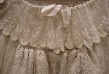 Modemuze | Jane Austen Society / De Jane Austen Society was te gast in het kostuumdepot van het Gemeentemuseum Den Haag. Er is uitgebreid gekeken naar authentieke kostuums, voornamelijk uit Jane Austen's tijd. Hierbij een impressie van de japonnen. | The Jane Austen Society came to visit the costume depot of the Gemeentemuseum Den Haag. They lookes extensively at authentic costumes, mainly from Jane Austens period. Here's an impression of the gowns.