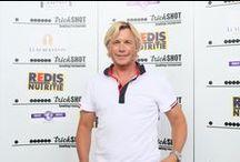 "Christopher Atkins, actorul din ""Laguna Albastra"" / Binecunoscutul actor pe care l-am urmarit in ""Laguna Albastra"", Christopher Atkins, a sustinut o conferinta de presa la Trickshot, alaturi de Eduard Irimia, Presedintele Superkombat, si alti invitati speciali. Actorul s-a fotografiat cu toti cei prezenti pe terasa Trickshot si a declarat ca va reveni oricand, cu drag, in Romania.  #trickshotro #promenadaro #bowling #biliard #darts #christopheratkins #superkombat #thebluelagoon #lagunaalbastra"