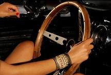 Collection Back to Usa / 1960. Au volant de sa Mustang rutilante, de New York aux collines Apaches en passant par Las Vegas, Rosie fait un véritable road trip!