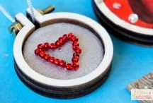 DIY: Poshy Mini Stickrahmen / Die süßen Mini Stickrahmen können gut als Kette oder Anhänger beklebt und bestickt werden. Lass Dich inspirieren!