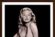 """BETTY BROSMER / Betty Brosmer es la chica glamurosa que personifica lo que la palabra """"glamour"""" significa realmente: belleza, encanto, elegancia, magnetismo, deseo y carisma. Todas estas palabras se han utilizado en las publicaciones que describían a Betty, incluyendo impresionante, cautivadora, irresistible, radiante, exquisita, fabulosa y sensacional."""