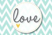 (St Valentin) - 10 petites attentions pour surprendre votre Valentin(e) / Le compte à rebours est lancé pour réveiller votre désir grâce aux huiles essentielles. Leur parfum constitue à lui seul une invitation à la sensualité : la lavande sécrète une essence parfumée qui favorise les satisfactions d'ordre sentimentale ; la fragrance tiède et troublante de la rose éveille le désir et augmente la sensibilité ; le parfum envoûtant de l'ylang-ylang est une invitation à l'amour et la sensualité.