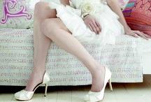 Rainbow Club / Grote collectie satijnen bruidsschoenen in diverse hakhoogten. Prachtige trouwschoenen van perfecte kwaliteit met een comfortabele pasvorm. De schoenen hebben een extreem hoog draagcomfort door de extra gevoerde binnenzijde. Al deze schoenen zijn leverbaar in de ivoor. Sommige modellen kunnen ook in wit besteld worden