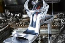 Fiarucci Jewel / Deze collectie bestaat uit leren schoenen, voornamelijk in goud of zilverkleur. Natuurlijk kun je er een bijpassende tas bij kiezen.