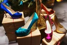 Colour your shoes / Wil je op je huwelijk trouwschoenen in een kleurtje? Of zoek je bij een speciale outfit: japon, pakje, avondjurk of cocktailjurkje een speciale kleur schoenen?  Onze kleurenservice biedt vele mogelijkheden. Praktisch alle satijnen schoenen uit de Rainbow Club, de Rainbow Couture en de Pink collectie kunnen worden gekleurd. Dit geldt tevens voor de satijnen tasjes uit de genoemde collecties.