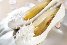 Shoe Clips / Met strikjes, bloemen en kristallen op een clip kun je je bruidsschoenen een eigen personal touch geven. Ze zijn verkrijgbaar in ivoor en zwart. We hebben ze in verschillende materialen, zoals satijn, organza, tule, leer, suede en kristal