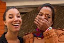 Møt teamet bak teppene / Her er teamet vårt i Nepal som arbeider med teppene våre. De mottar en rettferdig lønn, å har derfor mulighet til blant annet å sende barna sine på skolen. De jobber hjemmefra eller i lag med familie og venner - helt etter som de ønsker selv!