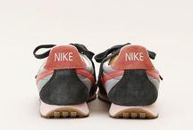 Shoes / Tellement de chaussures et seulement deux pieds ...