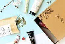 NUOO, la box beauté naturelle / Tous les mois, recevez une jolie box composée de : 5 cosmétiques bio et naturels provenant du monde entier, 1 produit découverte,1 magazine contenant conseils et astuces !
