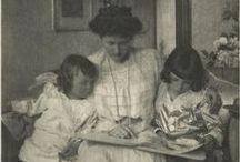 Air du temps   Pour Maman / En panne d'idée cadeau lumineuse à l'occasion de la fête des mères ?   Ce tableau vous révélera notre sélection d'œuvres d'art spécialement dédiée à celles que l'on chérit tant, les mamans.  Chacune des œuvres présentées peut être acquise sur le site de muzeo.fr. Certaines d'entre elles sont même disponibles en papier peint et en abat-jour !